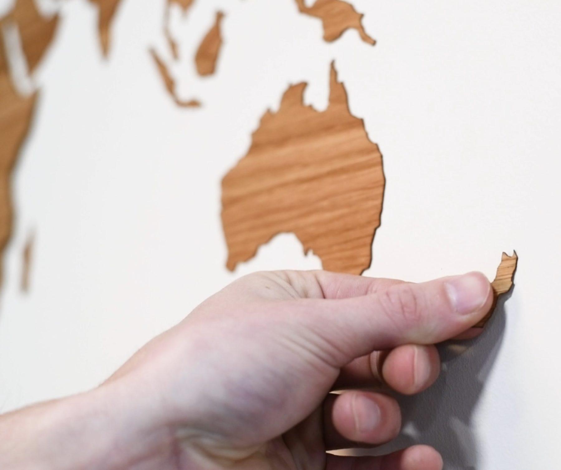 Houten wereldkaart sticker plakken